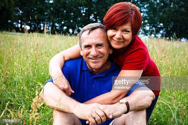 Gerne Älteres Paar Umarmen in einer Wiese, Porträt