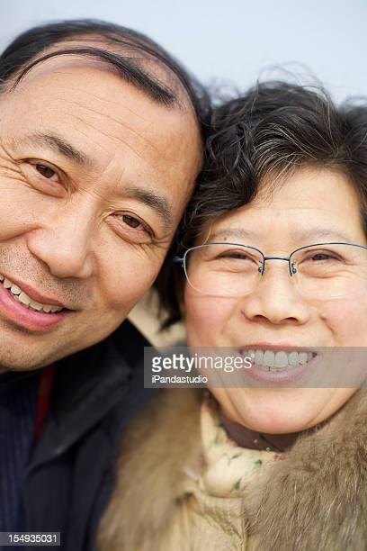 Heureux couple d'âge mûr
