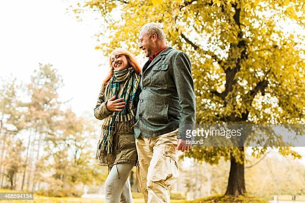 Heureux couple senior en vous promenant dans le parc.