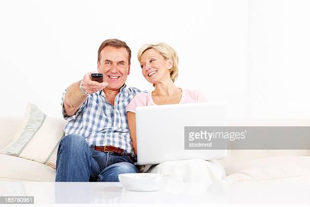 Gerne Älteres Paar mit laptop in der lounge