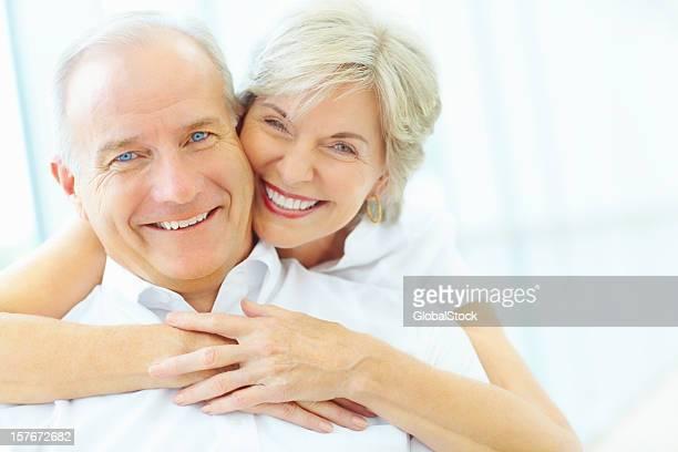 Feliz Mulher Madura Abraçar idoso Atrás de