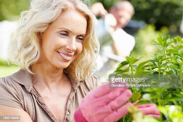 Heureuse femme mature travaillant dans le jardin