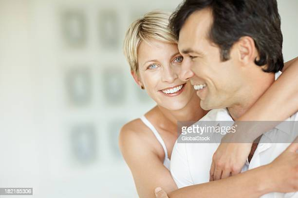 Heureux milieu âge femme embrassant son mari