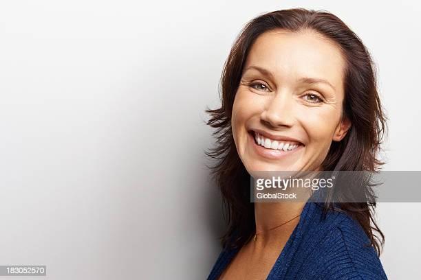Glückliche mittleren Alter Frau, isoliert auf weißem Hintergrund