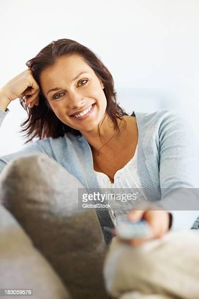 Heureux milieu âgé femme avec télécommande souriant