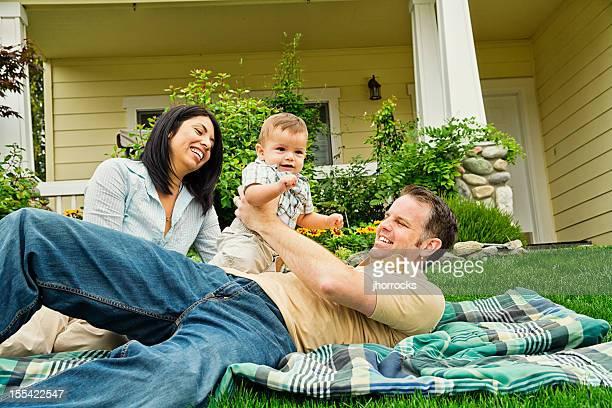 Heureuse Race mixte famille à la maison