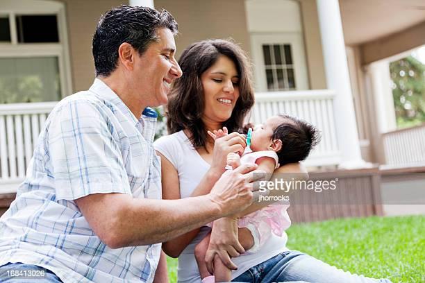 Família de raça mista feliz de três em Casa