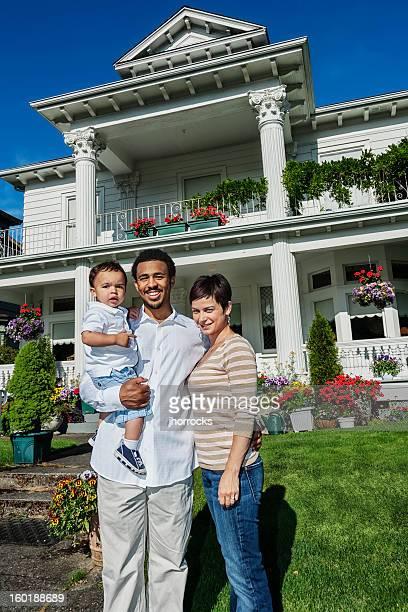 Raça mista feliz-Família de três em Casa
