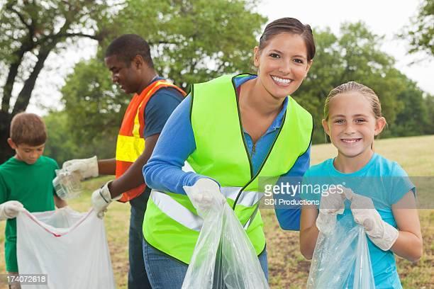 幸せな母と娘ボランティアを一緒に公園ゴミ/洗浄可能