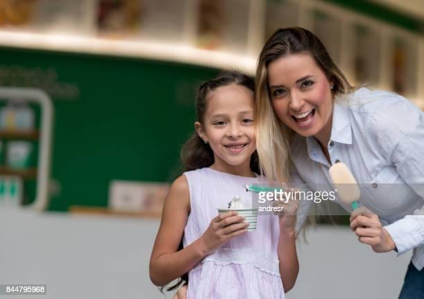 Glückliche Mutter und Tochter an der Eisdiele