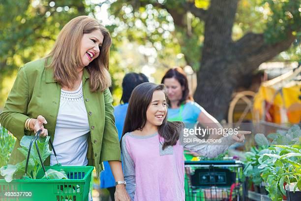 Heureuse mère et fille shopping ensemble de jardinage magasin