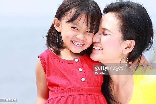 Glückliche Mutter und Tochter gemeinsam