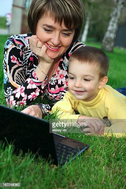 Felice Madre e figlio con portatile