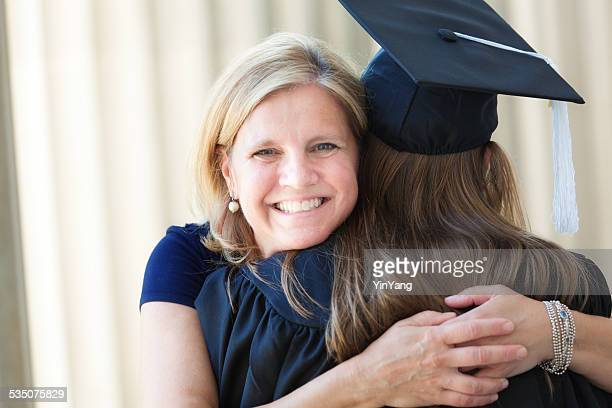 幸せな母娘で祝うぴったりの大学卒業式