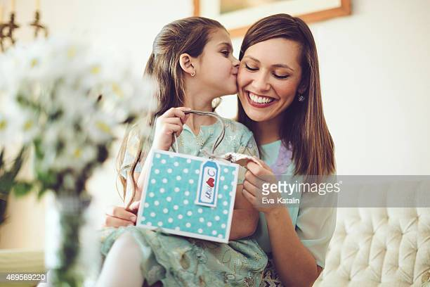Glückliche Mutter mit ihrer Tochter Posieren
