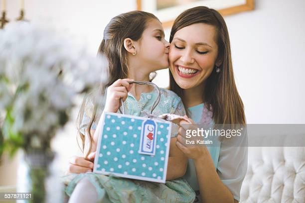 Mãe feliz com sua filha Posando