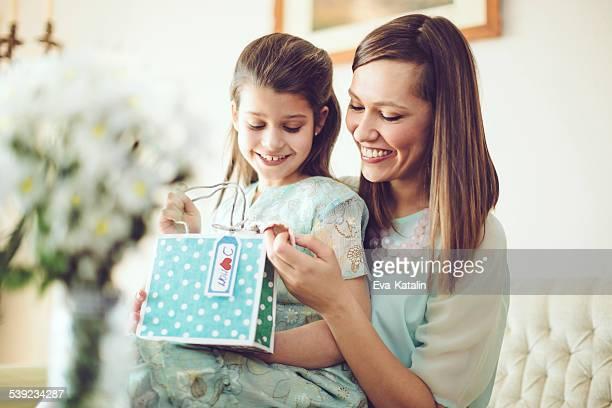 Feliz madre con su hija posando
