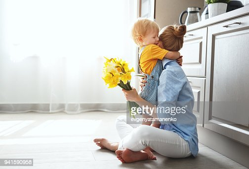happy mother's day! baby son gives flowersfor  mother on holiday : Foto stock