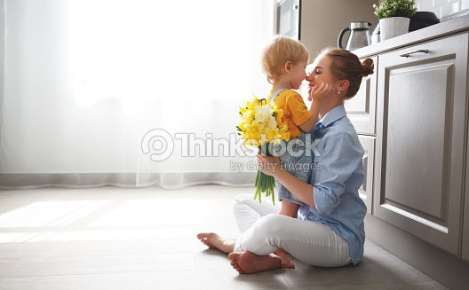 happy mother's day! baby son gives flowersfor  mother on holiday : Foto de stock