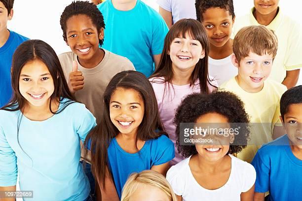 Felice multi etnico bambini dando un bel sorriso