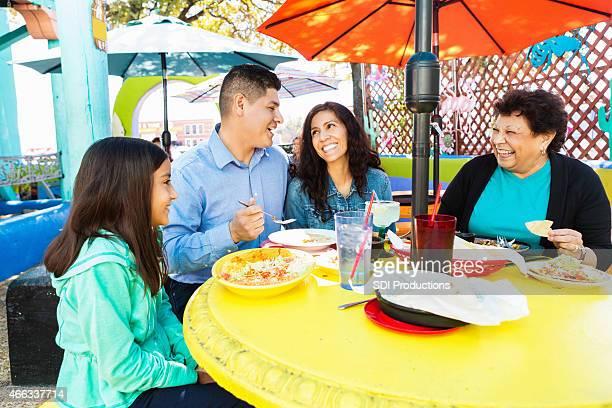 Heureux hispanique multi-générationnelle famille ayant un dîner ensemble dans un restaurant