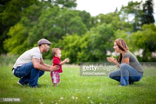 ハッピー、Multiracial ご家族でご一緒に屋外の夏季