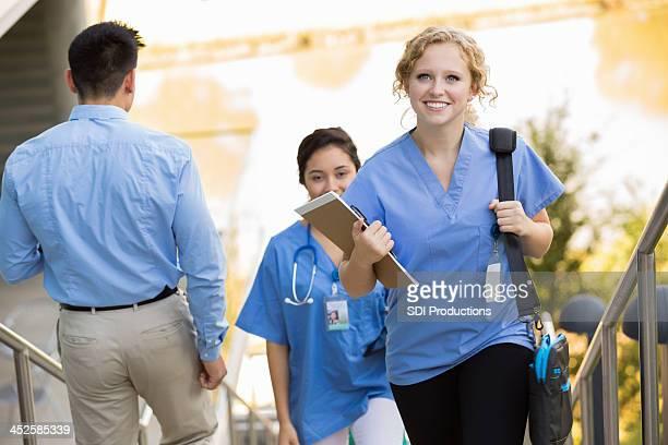 Happy stillende medical student zur Schule gehen auf college-campus