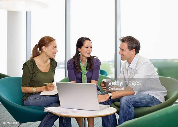 Heureux bureau assis à la Cantine collègues de bureau avec ordinateur portable