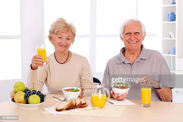 Vecchia coppia felice mangia sana prima colazione.