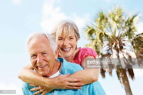 Glücklich altes Paar in spielerische Stimmung an einem sonnigen Tag