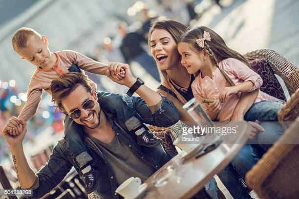 Glückliche Eltern, die Spaß mit Ihren Kindern in einem Café.