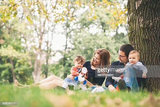Heureux parents avec enfants se détendre dans la nature