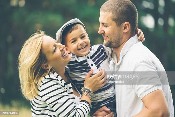 parents heureux avec leur fils