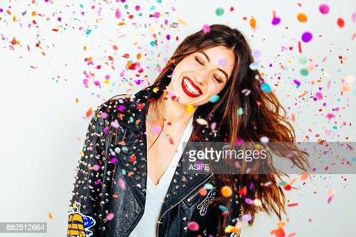 Mujer feliz fiesta con confeti : Foto de stock