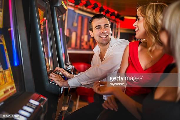 Gente felice gioco d'azzardo a slot machine.