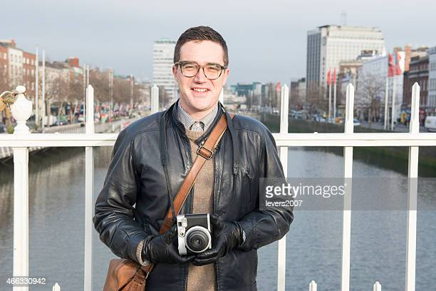 Happy Fotograf auf Ha'Penny Bridge Dublin, Irland.