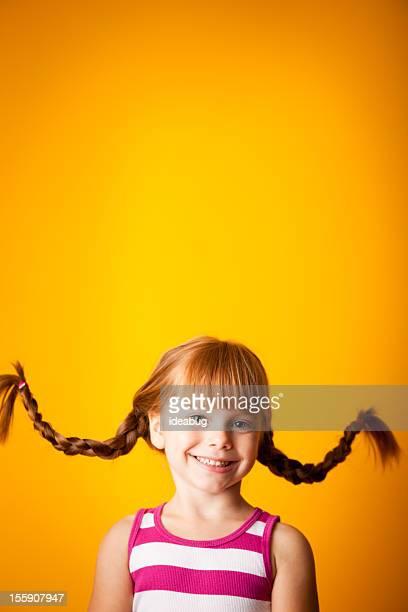 Glücklich, rote männlichen Mädchen mit nach oben, geflochtener Zopf mit einem Lächeln