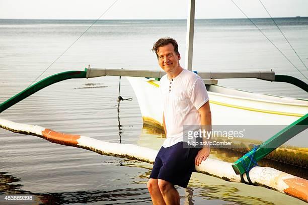 Homme d'âge mûr heureux détendue portrait de vacances île du Pacifique