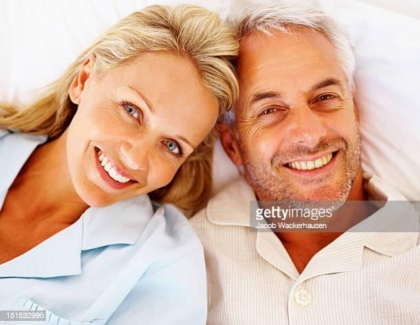Glücklich romantisch Älteres Paar entspannenden auf Bett
