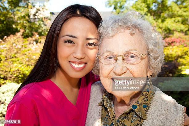 Happy Senior Erwachsene Frau mit ihrem Jungen Hausmeister Krankenschwester