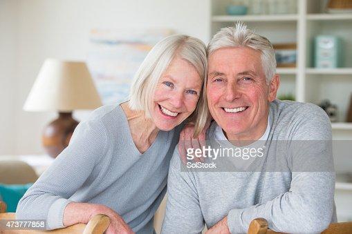 Feliz pareja Senior en casa