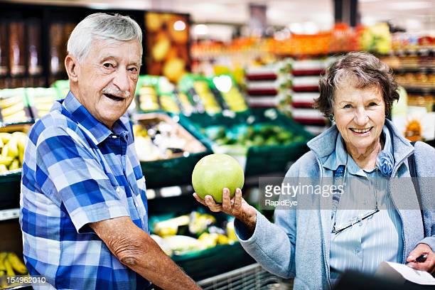 Felice coppia senior scegliere di pompelmo in Supermercato