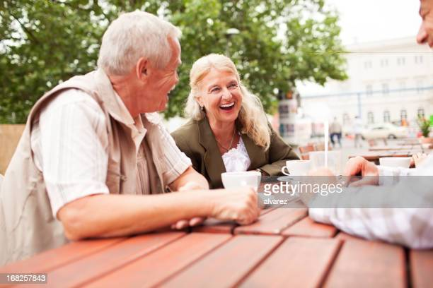 Glücklich altes Paar trinken Kaffee