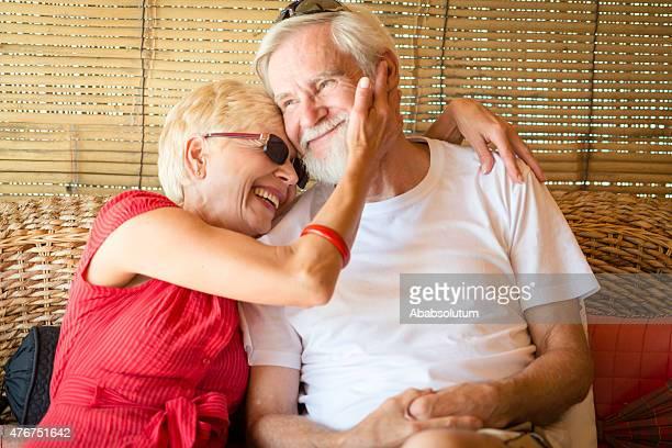 Heureux Couple Senior en journée d'été sur la terrasse, l'Europe