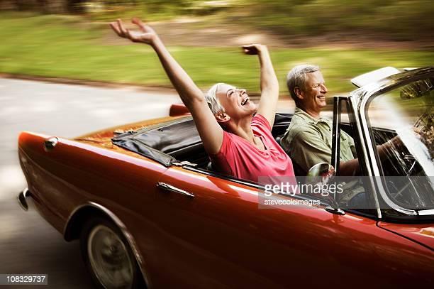 Feliz pareja Senior en dirección para un automóvil