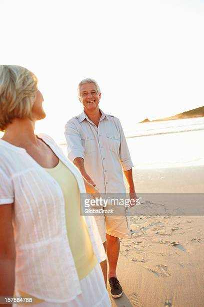 Heureux couple de personnes âgées s'amusant à la plage