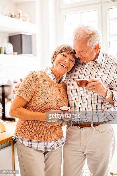 Glücklich altes Paar Kaffee am Morgen