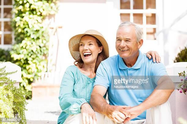 Glücklich altes Paar Sitzen im Garten