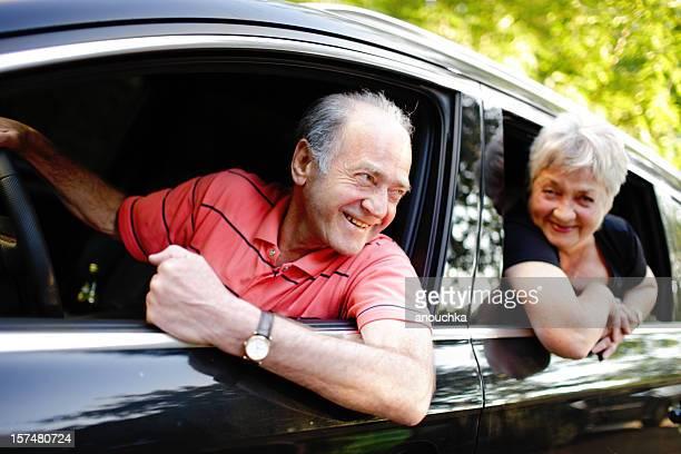 Senior feliz pareja viaja en su coche