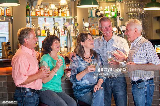 Happy Senior amis dans un Pub